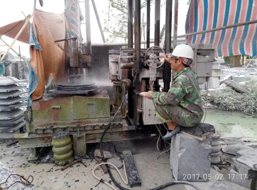 Máy tiện đá tại doanh nghiệp đá mỹ nghệ Lâm Tạo
