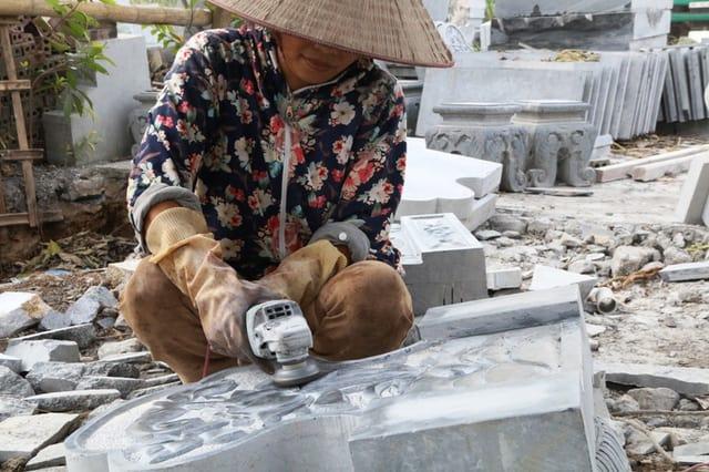 Những người thợ đang mài giũa, đánh bóng hoàn thiện tác phẩm