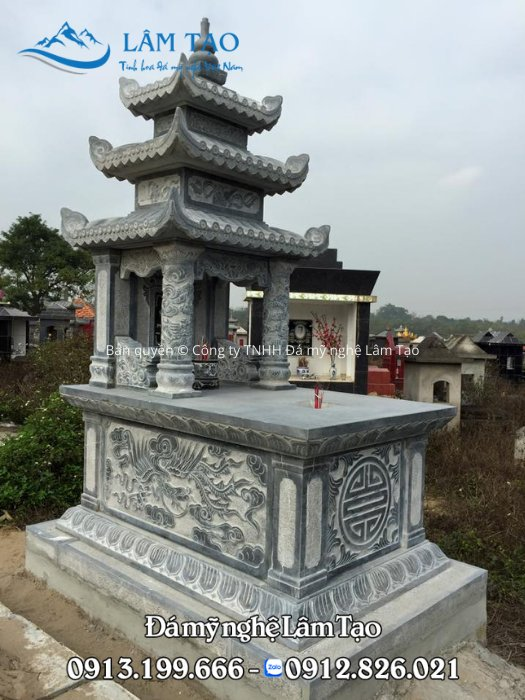 Mẫu mộ bằng xanh nguyên khối ba mái đao mây, chạm hoa văn tứ quý xung quanh tạo nên vẻ đẹp trang trọng