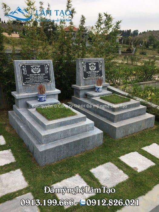 2 ngôi mộ đá đơn giản, không chạm khắc hoa văn, họa tiết cầu kỳ tại công viên nghĩa trang Thiên Đức