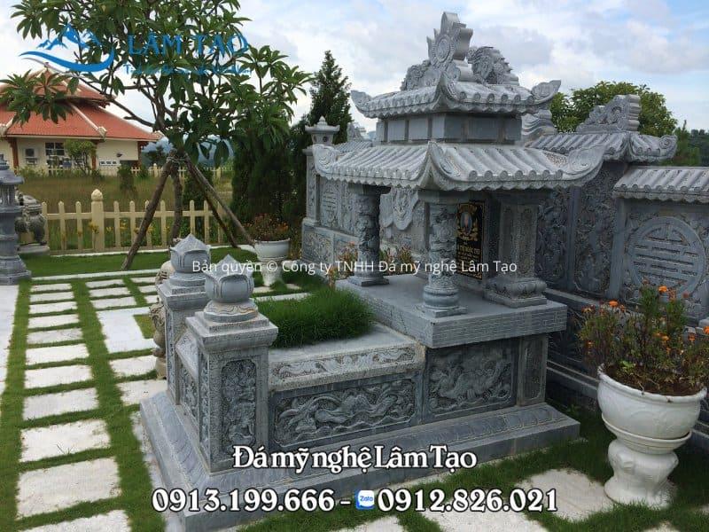 Mẫu mộ hai mái đẹp, chạm khắc hoa văn bằng tay phong cách cổ điển được công ty TNHH Đá mỹ nghệ Lâm Tạo lắp đặt tại công viên nghĩa trang Thiên Đức năm 2017