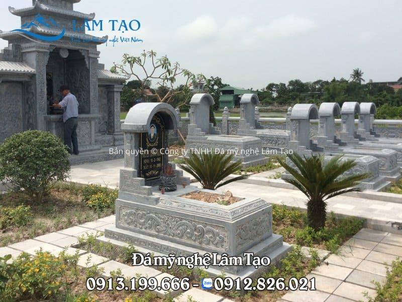 Mẫu lăng mộ đá một mái đẹp được thi công bởi Công ty TNHH Đá mỹ nghệ Lâm Tạo tại Ninh Bình và lắp đặt hoàn thiện cho khuôn viên khu lăng Gia tộc của khách hàng tại tỉnh Nghệ An