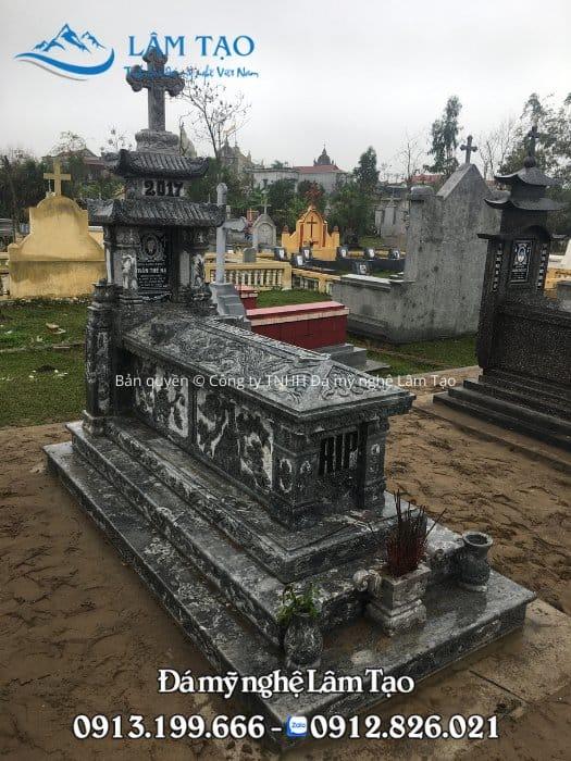 Mẫu lăng mộ công giáo đẹp làm bằng đá Ninh Bình nguyên khối với những hoa văn đẹp chạm khắc sắc nét