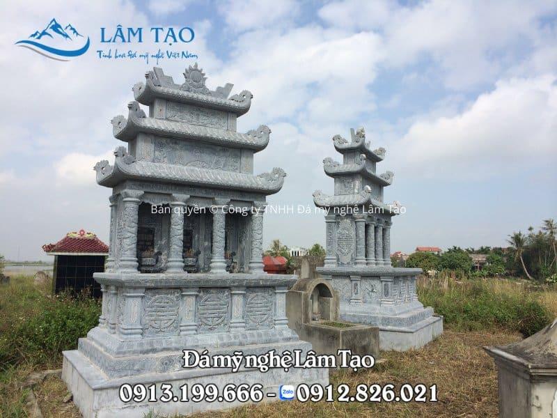 Ngôi mộ dành cho ba người, làm bằng đá xanh tự nhiên với ba mái rất đẹp và nguy nghiêm, lộng lẫy