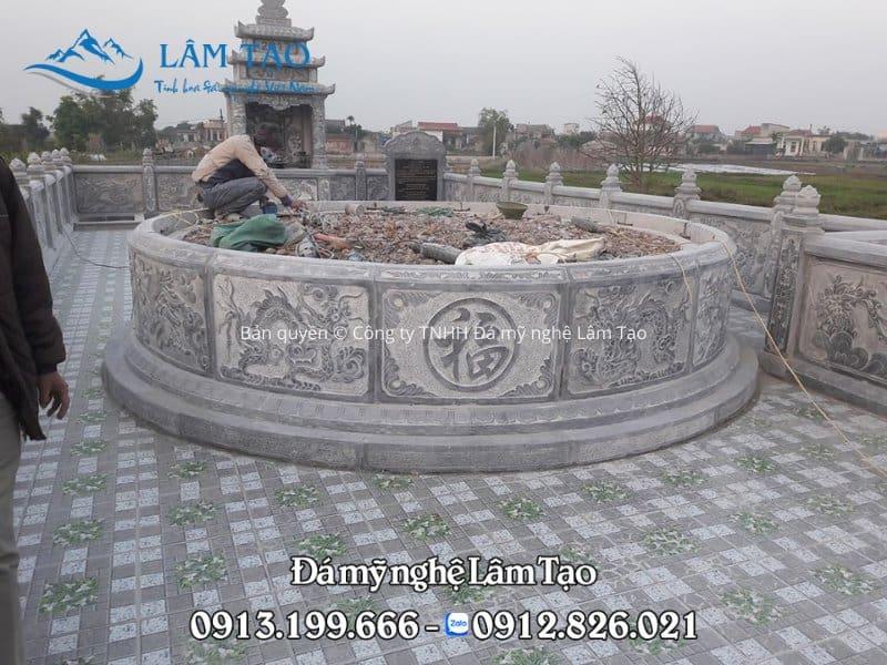 Ngôi mộ Tổ hình tròn bằng đá, chạm khắc hoa văn tứ linh xung quanh, phía trước có chạm chữ Phúc đường kính rộng 2.7m được lắp đặt tài thành phố Quảng Ninh
