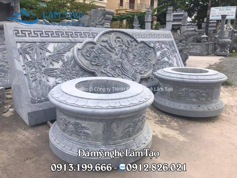 Ngôi mộ tròn bằng đá, thiết kế nhỏ gọn, chạm khắc hoa văn đơn giản xung quanh