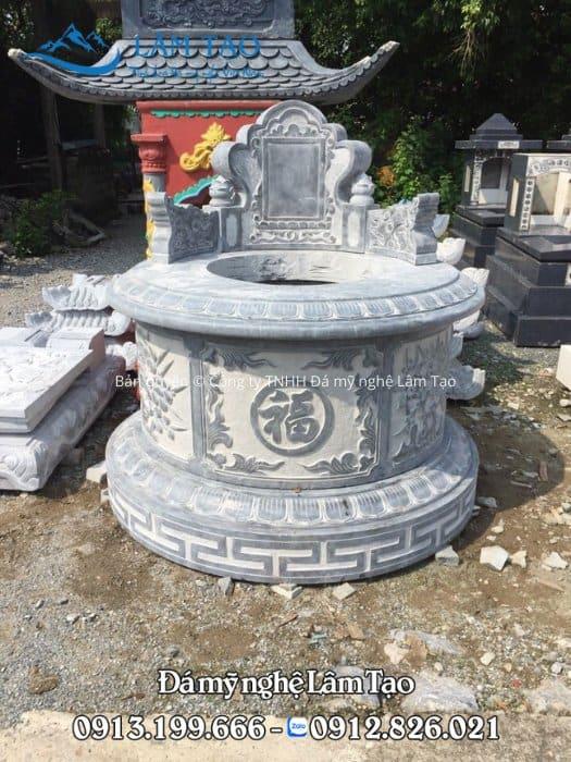 Mẫu mộ tròn với chữ phúc ở mặt trước ngôi mộ