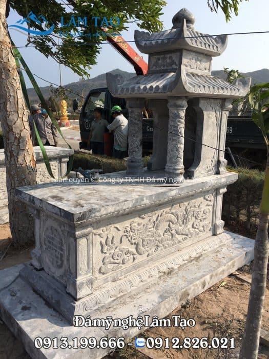 Đế ngôi mộ làm bằng đá nguyên khối dày dặn để chịu tải trọng lượng cho toàn bộ ngôi mộ