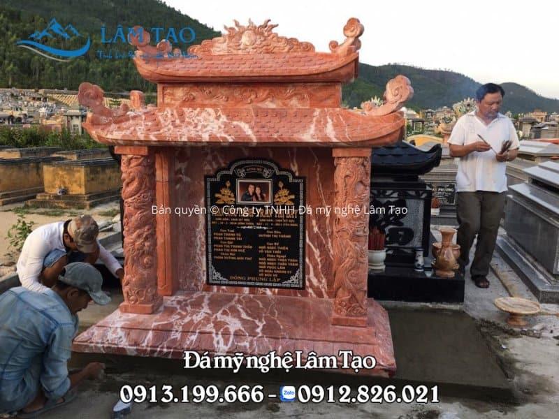 Ngôi mộ hai mái được làm từ đá đỏ, chạm khắc hoa văn đẹp sắc nét được Đá mỹ nghệ Lâm Tạo thi công và lắp đặt tại Quảng Bình