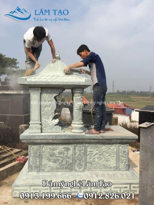 Hình ảnh nghệ nhân thi công phần mái vảy rồng của ngôi mộ đá Một Đao