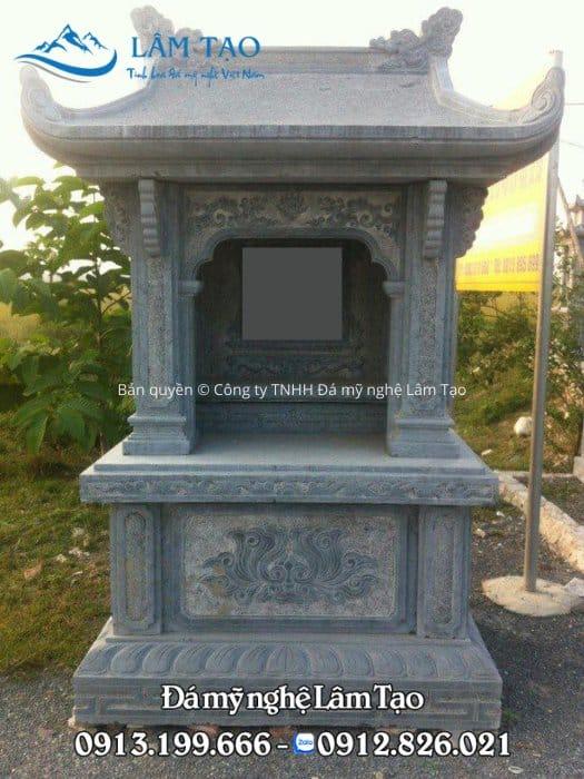 Phần bài vị được chạm nổi hoặc khắc chìm đặt ở sâu bên trong lưng mộ và được phần mái bảo vệ nắng mưa