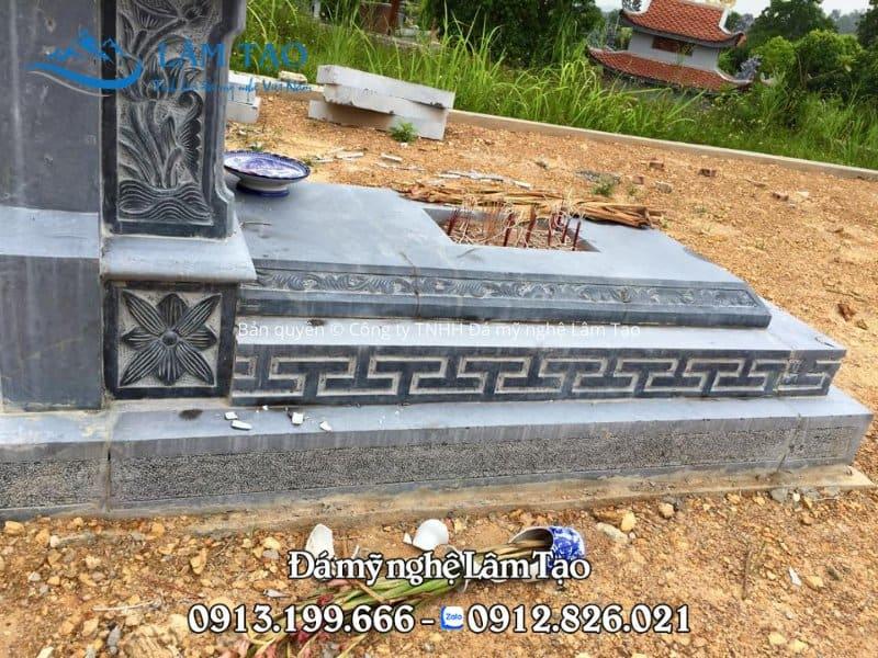 Đế mộ một mái vững chắc nhờ việc được làm từ đá tự nhiên nguyên khối