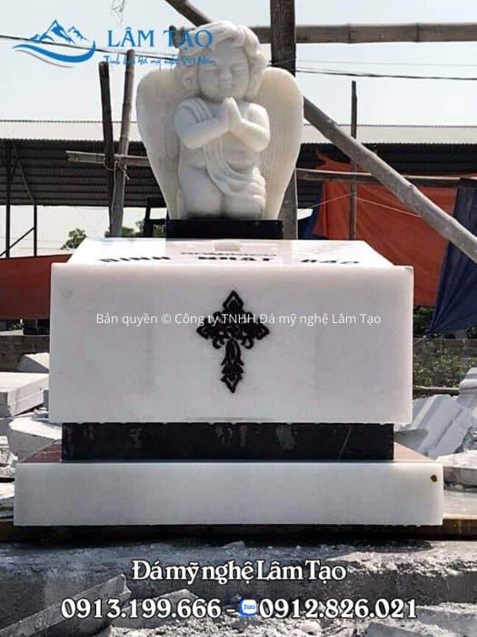 Tượng thiên thần trên ngôi mộ công giáo bằng đá trắng