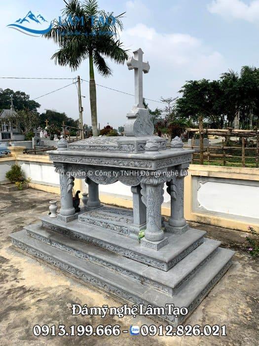 Hoa văn cành nho, được chạm khắc tinh sảo xung quang thân và đế của ngôi mộ đá