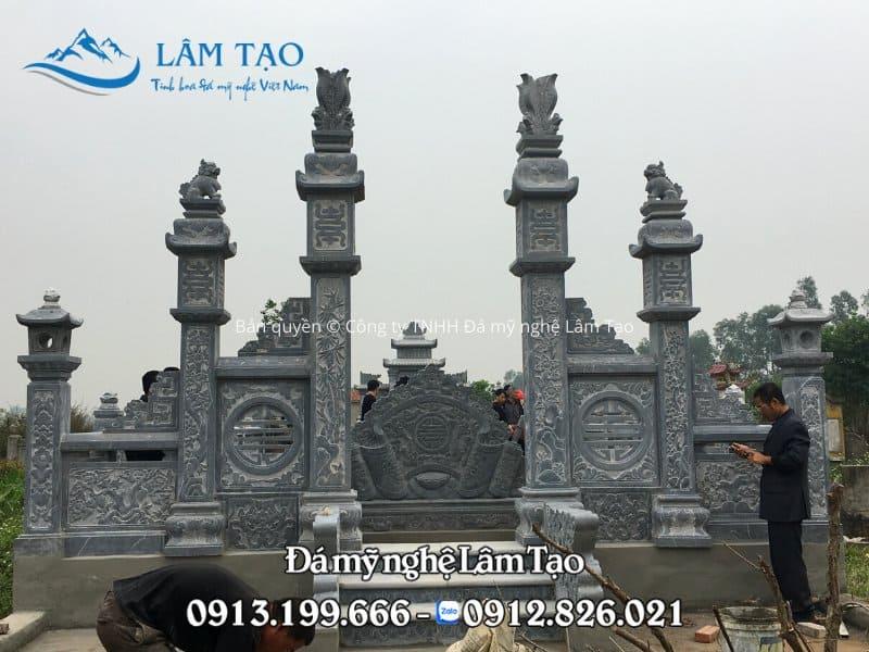 Cột cổng đá tứ trụ ở trước khu lăng mộ đá cao cấp